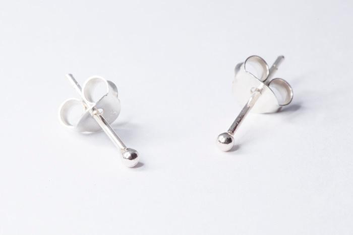 PtitBoules Mini: Pendiente de bolita de plata dormilona de 2mm de diámetro